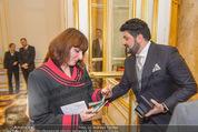 Anna Netrebko Hochzeit - Trauung - Palais Coburg - Di 29.12.2015 - Yusif EYVAZOV mit Standesbeamtin (Passkontrolle)46