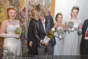 Opernball PK - Wiener Staatsoper - Di 19.01.2016 - Desiree TREICHL-ST�RGKH mit Champangerflasche78