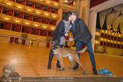 ORF backstage am Ball - Staatsoper - Mi 03.02.2016 - Andrea HEINRICH, Alfons HAIDER mit Sprengstoffsp�rhund21