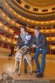 ORF backstage am Ball - Staatsoper - Mi 03.02.2016 - Andrea HEINRICH, Alfons HAIDER mit Sprengstoffsp�rhund25