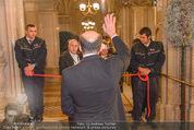 Opernball - Red Carpet - Staatsoper - Do 04.02.2016 - Dominque MEYER winkt Alexander TUMA27