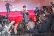 Filmball Vienna - Rathaus - Fr 01.04.2016 - B�lent SHARIF umringt von Fotografen, Presse, Blitzlichtgewitte343