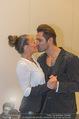 Dancing Stars Ball - Parkhotel Schönbrunn - Di 12.04.2016 - Fadi MERZA mit Ehefrau Ines (Kussfoto)16