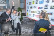 Gewista Plakatparty - Rathaus - Di 31.05.2016 - Dieter CHMELAR mit Ehefrau fotografieren mit Handy32