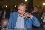 Die Tagespresse Show Premiere - Rabenhof Theater - Di 20.09.2016 - Richard LUGNER, telefoniert und sch�ttet Glas aus44
