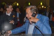 Die Tagespresse Show Premiere - Rabenhof Theater - Di 20.09.2016 - Richard LUGNER, telefoniert und sch�ttet Glas aus45