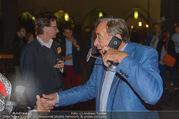 Die Tagespresse Show Premiere - Rabenhof Theater - Di 20.09.2016 - Richard LUGNER, telefoniert und sch�ttet Glas aus46