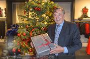 Richard Lugner bei Modenschau - Miss Moda Lugner City - Sa 10.12.2016 - Richard LUGNER mit Weihnachtsbaum Christbaum Geschenk6