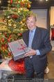 Richard Lugner bei Modenschau - Miss Moda Lugner City - Sa 10.12.2016 - Richard LUGNER mit Weihnachtsbaum Christbaum Geschenk7