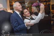 Serafins Geburtstagsfeier - Kulinarium 7 - Di 20.12.2016 - Harald SERFAFIN macht Selfie mit Kellnerin70