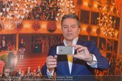 Opernball PK - Staatsoper - Mo 23.01.2017 - Alfons HAIDER macht Selfie5