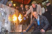 Opernball Eisbar Eröffnung - Schwarzes Kamel - Do 16.02.2017 - Peter FRIESE, Daniel SPOERRI arbeitet an seinem Kunstwerk Eisbar15