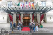 Goldie Hawn Ankunft - Flughafen und Grand Hotel - Di 21.02.2017 - Autogrammjäger, Fotografen, Medien vor dem Grand Hotel Eingang26