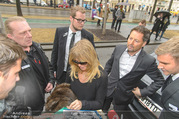 Goldie Hawn Ankunft - Flughafen und Grand Hotel - Di 21.02.2017 - Goldie HAWN gibt Autogramme39