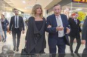 Goldie Hawn PK und Autogrammstunde - Lugner City - Mi 22.02.2017 - Goldie HAWN, Richard LUGNER schlendern durchs Einkaufszentrum36