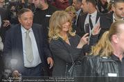 Goldie Hawn PK und Autogrammstunde - Lugner City - Mi 22.02.2017 - Goldie HAWN, Richard LUGNER schlendern durchs Einkaufszentrum41