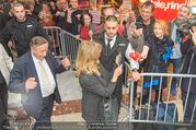 Goldie Hawn PK und Autogrammstunde - Lugner City - Mi 22.02.2017 - Goldie HAWN, Richard LUGNER schlendern durchs Einkaufszentrum43
