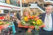 Goldie Hawn PK und Autogrammstunde - Lugner City - Mi 22.02.2017 - Goldie HAWN filmt mit Handy, Richard LUGNER44