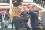 Goldie Hawn PK und Autogrammstunde - Lugner City - Mi 22.02.2017 - Goldie HAWN beim Dirigieren der Deutschmeister, Richard LUGNER49