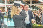 Goldie Hawn PK und Autogrammstunde - Lugner City - Mi 22.02.2017 - Goldie HAWN beim Dirigieren der Deutschmeister, Richard LUGNER50