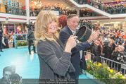 Goldie Hawn PK und Autogrammstunde - Lugner City - Mi 22.02.2017 - Goldie HAWN beim Dirigieren der Deutschmeister, Richard LUGNER51
