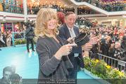 Goldie Hawn PK und Autogrammstunde - Lugner City - Mi 22.02.2017 - Goldie HAWN beim Dirigieren der Deutschmeister, Richard LUGNER52