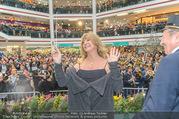 Goldie Hawn PK und Autogrammstunde - Lugner City - Mi 22.02.2017 - Goldie HAWN beim Dirigieren der Deutschmeister, Richard LUGNER61