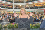 Goldie Hawn PK und Autogrammstunde - Lugner City - Mi 22.02.2017 - Goldie HAWN dirigiert die Deutschmeister62