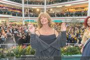 Goldie Hawn PK und Autogrammstunde - Lugner City - Mi 22.02.2017 - Goldie HAWN dirigiert die Deutschmeister63