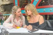 Goldie Hawn PK und Autogrammstunde - Lugner City - Mi 22.02.2017 - Goldie HAWN schreibt Autogramme69