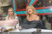 Goldie Hawn PK und Autogrammstunde - Lugner City - Mi 22.02.2017 - Goldie HAWN schreibt Autogramme70