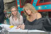 Goldie Hawn PK und Autogrammstunde - Lugner City - Mi 22.02.2017 - Goldie HAWN schreibt Autogramme71