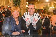 Opernball 2017 - Staatsoper - Do 23.02.2017 - lustige Ballg�ste mit Wien-Handschuhen53