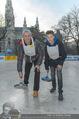 SuperFit Charity Eisstockschießen - Rathausplatz - Mi 08.03.2017 - Michael KONSEL mit Sohn Valentin2