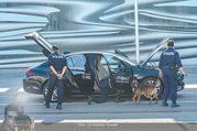 Lifeball Flieger Ankunft - Flughafen Wien Schwechat - Fr 09.06.2017 - Polizei untersucht Lifeball Auto mit Sp�rhunden Sicherheitschec1