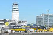Lifeball Flieger Ankunft - Flughafen Wien Schwechat - Fr 09.06.2017 - BVB Borussia Dortmund Flugzeug vor dem Tower3