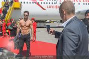 Lifeball Flieger Ankunft - Flughafen Wien Schwechat - Fr 09.06.2017 - Gery KESZLER mit Lifeball-Gast73