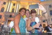 Fete Imperiale - Spanische Hofreitschule - Fr 23.06.2017 - Arabella KIESBAUER, Vera RUSSWURM, Alfons HAIDER machen Selfie100