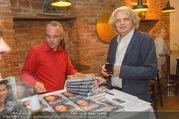 Adele Neuhauser Buchpräsentation - Club Schwarzberg - Di 19.09.2017 - Wolfgang MURNBERGER kauft sich ein Buch33