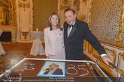 Richard Lugner 85er - Stadtpalais Liechtenstein - Sa 14.10.2017 - Richard LUGNER Andrea (vom Badesee) mit Geburtstagstorte24