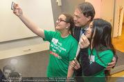Eröffnung - SPAR Akademie - Mi 08.11.2017 - Gerhard DREXEL macht Selfie mit Lehrlingen, Sch�lern130