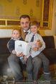 Roman Svabek Buchpräsentation - Staatsoper - Di 28.11.2017 - Roman SVABEK mit Sohn Gabriel und Leonhart3