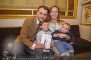 Roman Svabek Buchpräsentation - Staatsoper - Di 28.11.2017 - Familie Roman und Elisabeth SVABEK mit Sohn Gabriel und Leonhart9