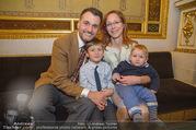 Roman Svabek Buchpräsentation - Staatsoper - Di 28.11.2017 - Familie Roman und Elisabeth SVABEK mit Sohn Gabriel und Leonhart10