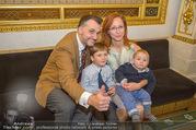 Roman Svabek Buchpräsentation - Staatsoper - Di 28.11.2017 - Familie Roman und Elisabeth SVABEK mit Sohn Gabriel und Leonhart11