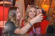 LOOK Woman of the Year Gala 2017 - Rathaus - Mi 29.11.2017 - Elizabeth Liz HURLEY mit Fans, Selfies271