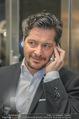 Life Guidance Kinopremiere - Gartenbaukino - Mi 10.01.2018 - Fritz KARL (Portrait mit Telefon Handy)13