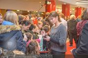 Kinopremiere ´Hilfe, ich hab die Eltern geschrumpft´ - Village Cinemas - Sa 13.01.2018 - Anja KLING gibt Kindern Autogramme33