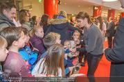 Kinopremiere ´Hilfe, ich hab die Eltern geschrumpft´ - Village Cinemas - Sa 13.01.2018 - Anja KLING gibt Kindern Autogramme36