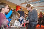 Kinopremiere ´Hilfe, ich hab die Eltern geschrumpft´ - Village Cinemas - Sa 13.01.2018 - Anja KLING gibt Kindern Autogramme37